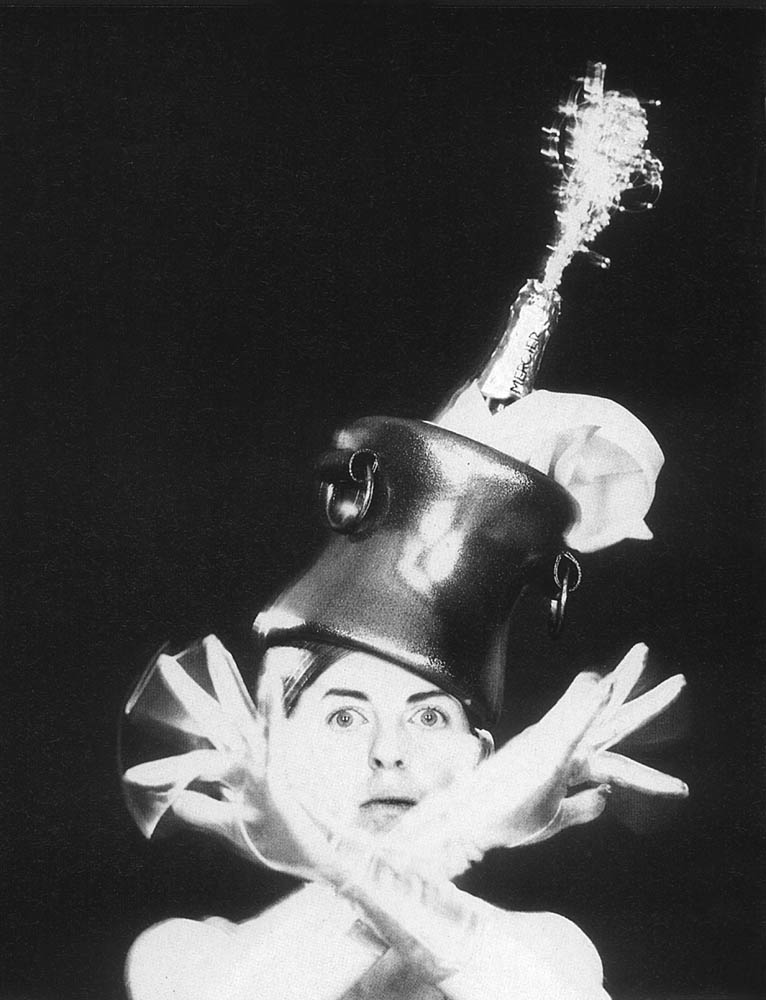 Isabella Blow wearing Philip Treacy's Champagne